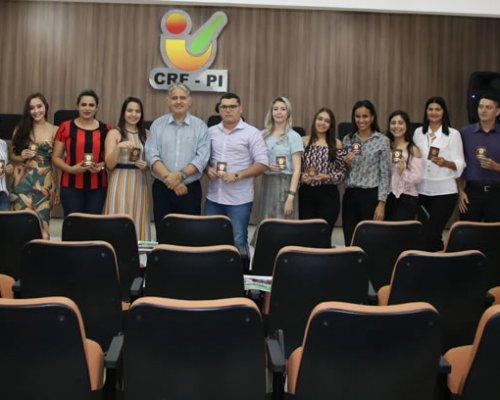 Farmacêuticos recebem carteiras definitivas no CRF