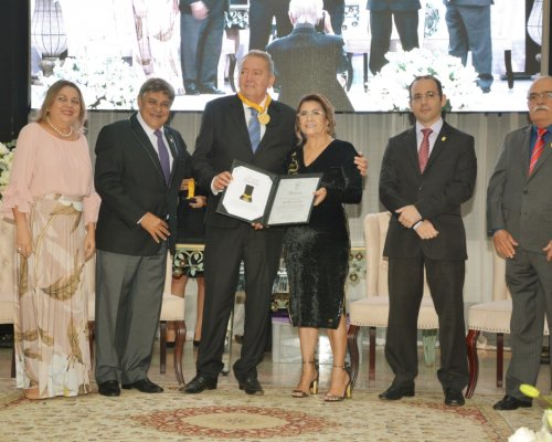 Picoense Júnior Santos recebe Comenda do Mérito Farmacêutico